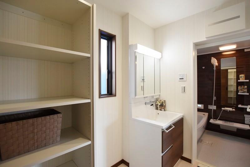 熊本市南区八分字町 新築一戸建て 2号地モデルハウス・可動棚付きの洗面脱衣室