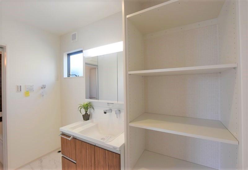 熊本市北区龍田8丁目 新築一戸建て 8号地モデルハウス・可動棚付きの洗面脱衣室