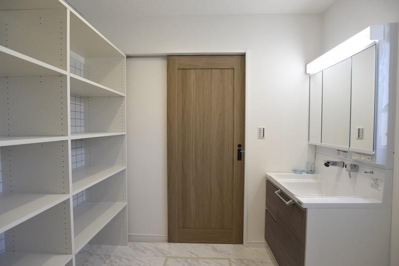 熊本市西区小島5丁目 新築一戸建て 11号地モデルハウス・可動棚付きの洗面脱衣室