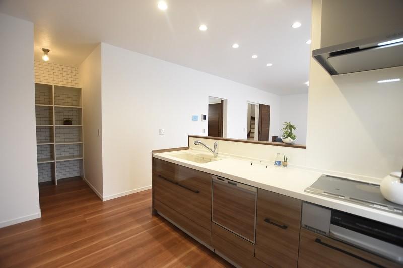 熊本市東区佐土原1丁目 新築一戸建て 3号地モデルハウス・パントリー付きのキッチン
