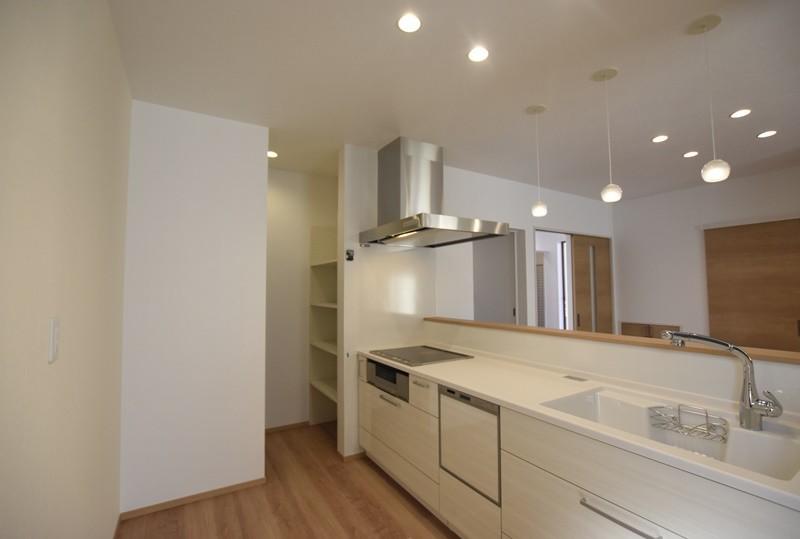 熊本市東区若葉5丁目 新築一戸建て 2号地モデルハウス・パントリーのあるキッチン