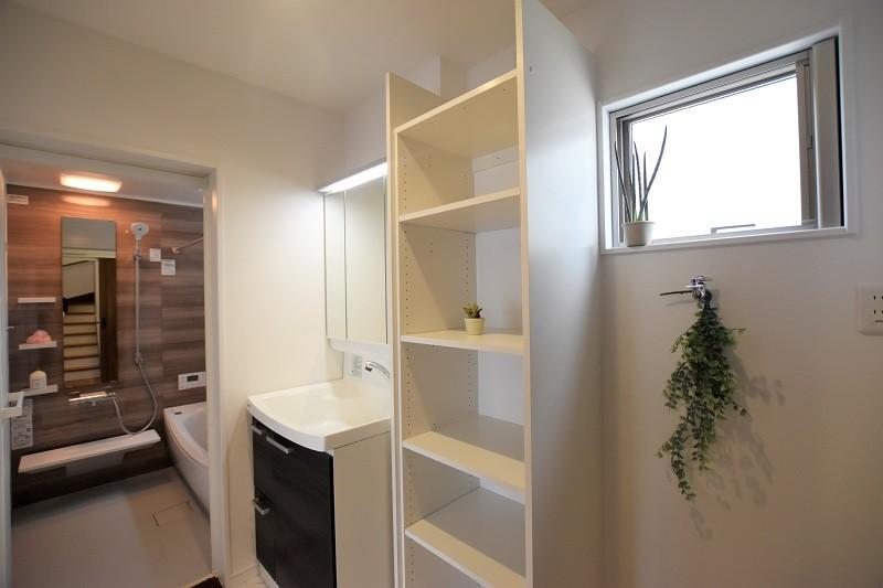 熊本市東区佐土原1丁目 新築一戸建て 3号地モデルハウス・可動棚付きの洗面脱衣室