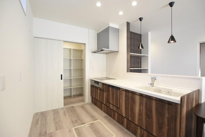 熊本市北区麻生田5丁目 新築一戸建て 3号地モデルハウス・パントリー付きの対面式キッチン
