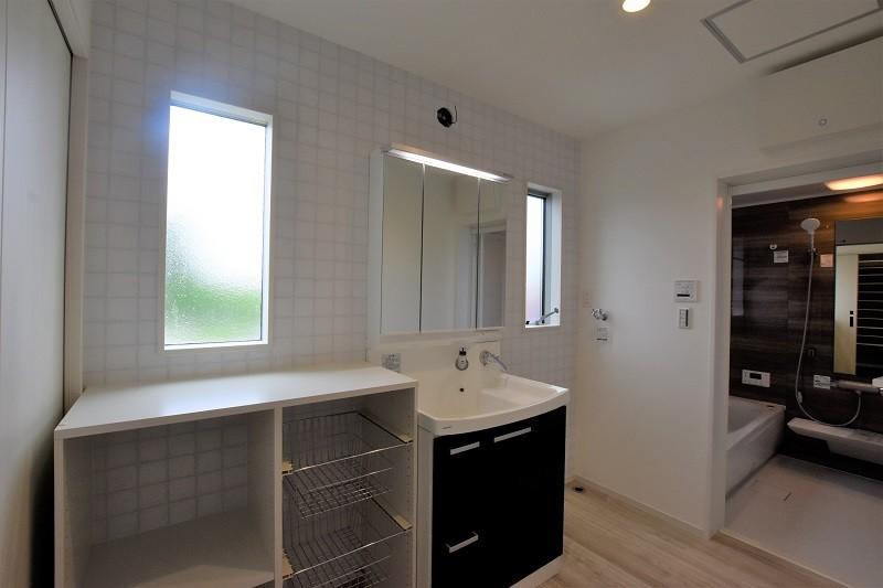 熊本市北区麻生田5丁目 新築一戸建て 2号地モデルハウス・収納棚付きの洗面脱衣室