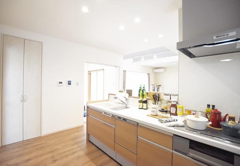 熊本市東区小山5丁目 新築一戸建て 4号地モデルハウス・キッチン横には収納スペースもあって便利!