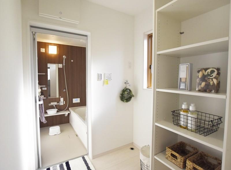熊本市東区小山5丁目 新築一戸建て 4号地モデルハウス・独立した脱衣室。可動棚付きでスッキリ片付きます