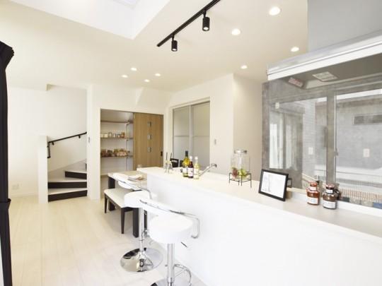 菊陽町久保田 新築一戸建て 9号地モデルハウス・カウンター付きの明るいキッチン