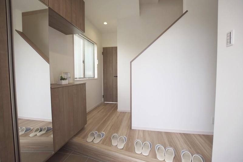 熊本市東区長嶺東5丁目 新築一戸建て 3号地モデルハウス・鏡付きの玄関収納を完備