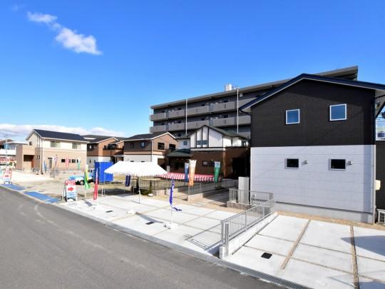 団地全景 成美小学校校区。日当たりがよく、ショッピングや通勤通学に便利。