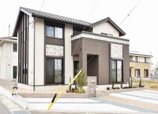 25号地:大きなバルコニーが魅力の一邸。エレガントな外観とレンガ調の貼り分けが特徴的。