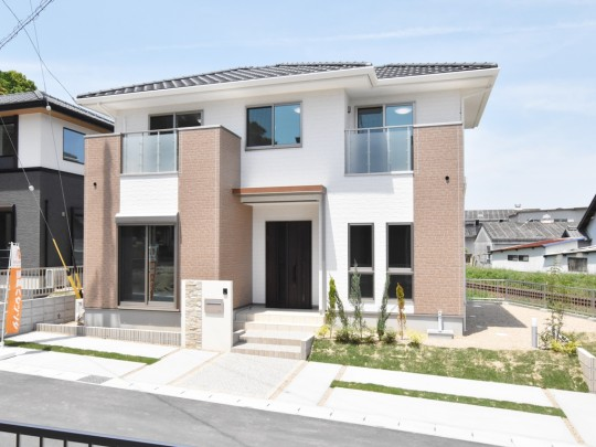 18号地 やさしい色調や素材感と都会的な雰囲気が重なり合って生まれる、落ち着いた佇まいの一邸。