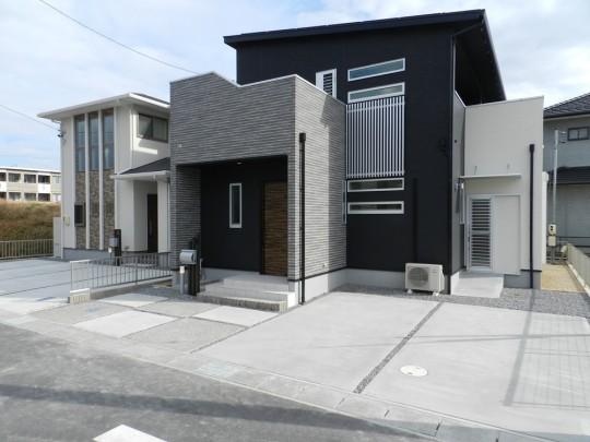 3号地外観:シックな黒い外観が特徴的な重厚感溢れるお家。