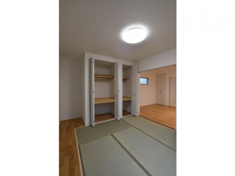 2号地 和室には収納スペースもございます