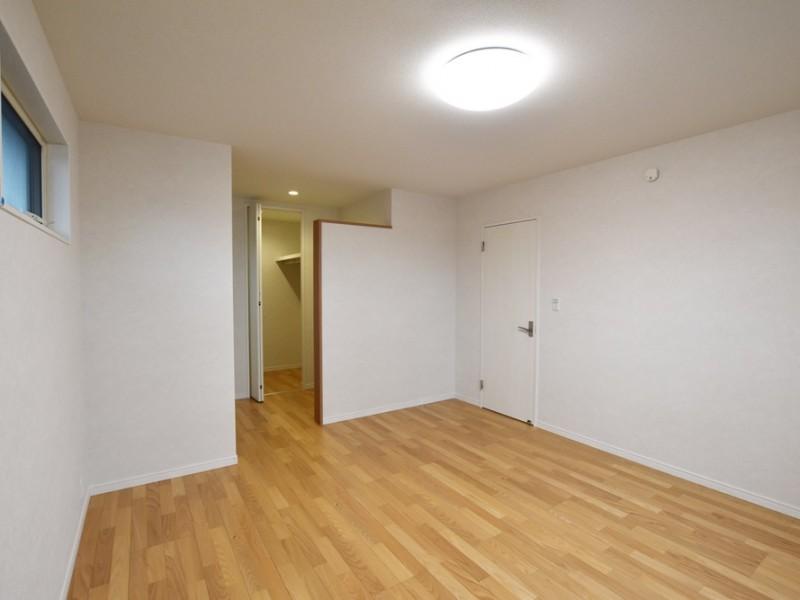 2号地 寝室には広々としたウォークインクローゼットもあるのでプライベートな空間にぴったりです♪