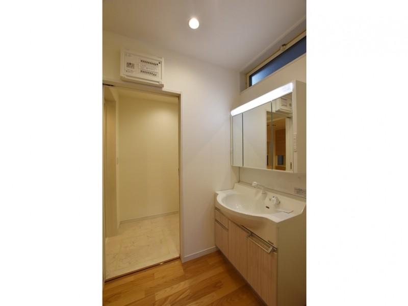 2号地 明るい雰囲気の洗面・脱衣所は朝の身支度の気分も明るくなりそうです♪