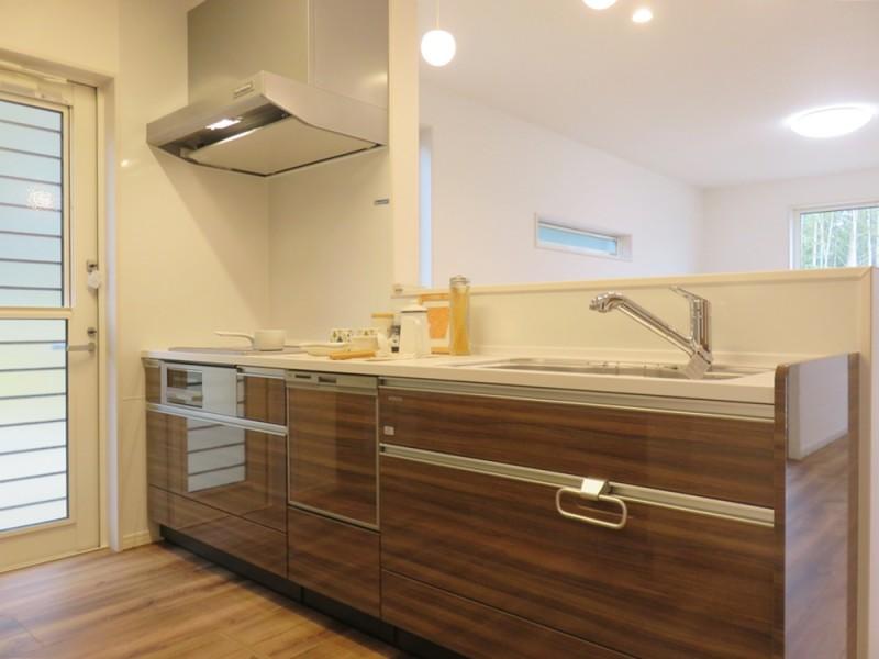 5号地キッチン:対面式のキッチンは、食洗器もついているので、家事も楽々♪