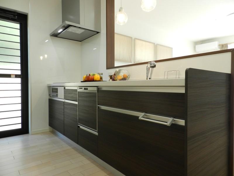 8号地キッチン:奥様に嬉しい対面式のキッチンは、食洗機もついているので家事も楽々♪