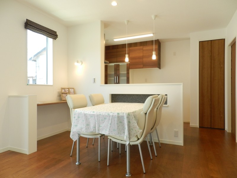 6号地ダイニング:テーブルの高さに合わせたニッチを設けたので、調味料や小物を置くのに便利です。
