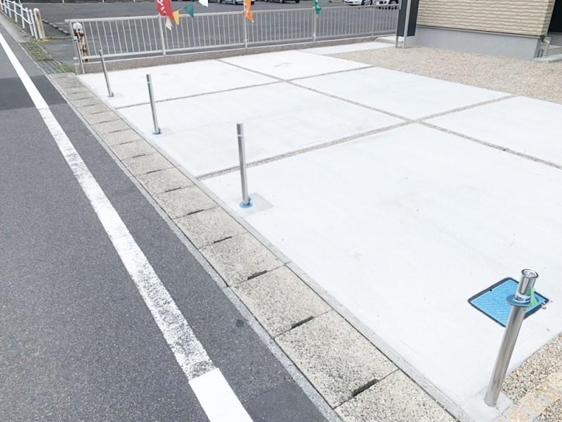 全区画、駐車スペースと前面道路の境界にポールが設けられていますので通行中の車に宅地内に入られることはありません。