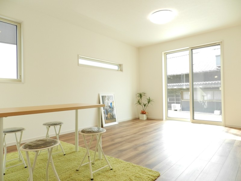 2号地リビン:南向きで陽当たりの良いリビングは、ご家族にとっての憩いの空間。