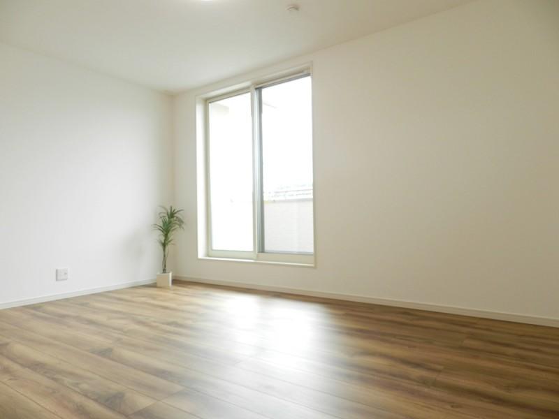 2号地主寝室:南向きのバルコニーへと繋がっています。