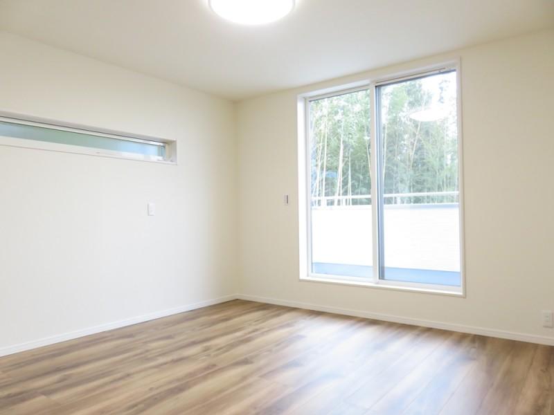5号地主寝室:南向きのバルコニーへと繋がっています。