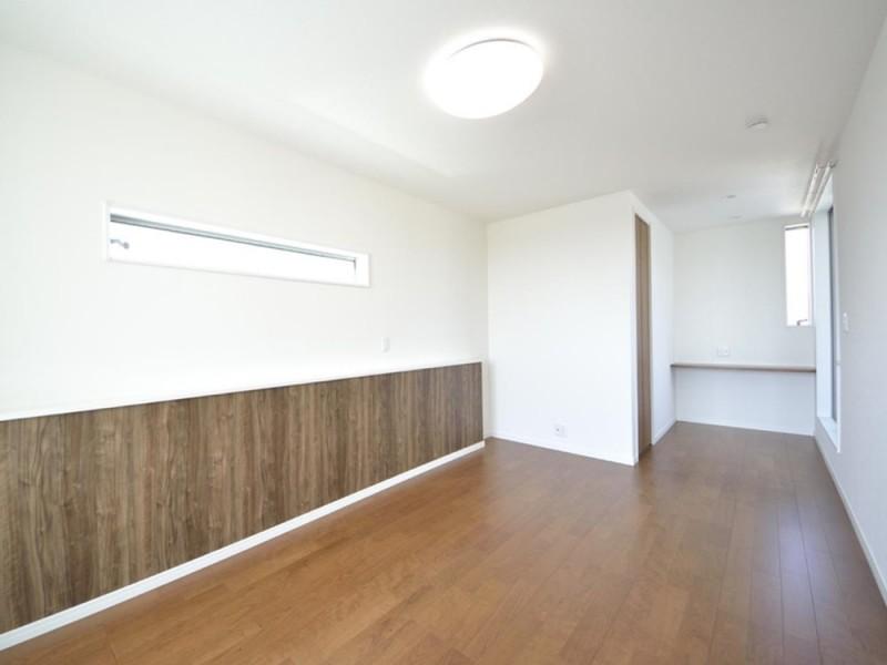 6号地主寝室:ベッドヘッドに当たるカウンターは、スマホ等を充電するのに重宝します。