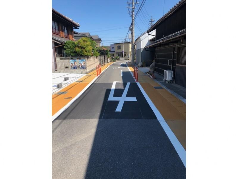 前面道路:カラー塗装×カラーポールが施されており、車がスピードを出せないようになっているので安心です。
