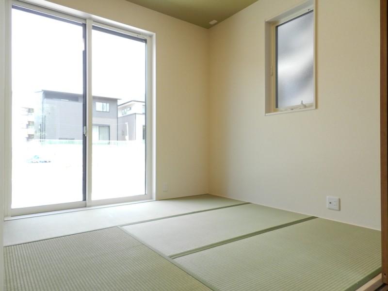 1号地和室:リビングからも廊下からも出入り可能なので、急な来客があってもリビングを通さずに案内出来るので安心です。