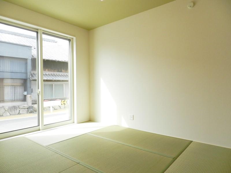 2号地和室:6帖とゆとりのある和室は、廊下からもリビングからも出入り可能なので、急な来客があっても安心です。