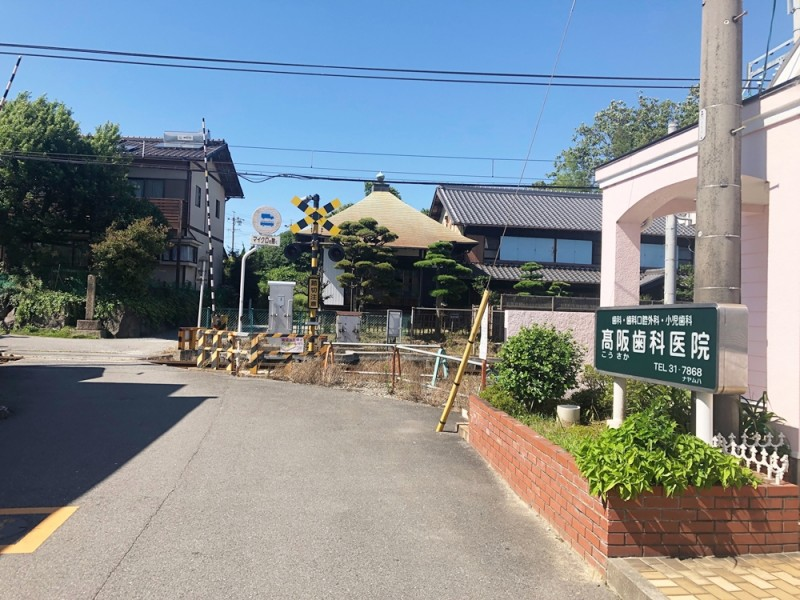 団地入口(南から):県道63線(星川西別所線)から来られた場合、高阪歯科医院の角を曲がって真っ直ぐお越しください。(少し道が細くなりますので、ご注意ください。)