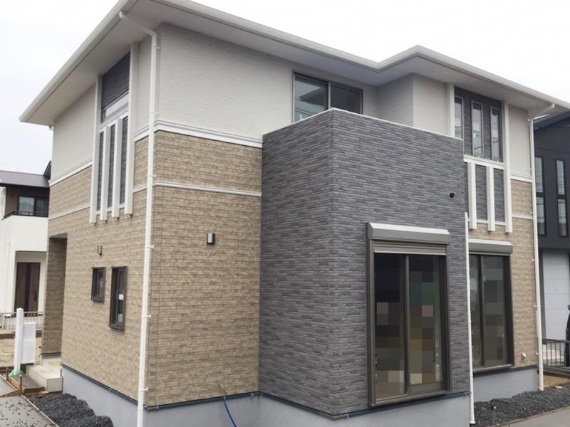 2号地外観:グレーの天然石さながらの外壁は、家の外観を格調高く彩ります。