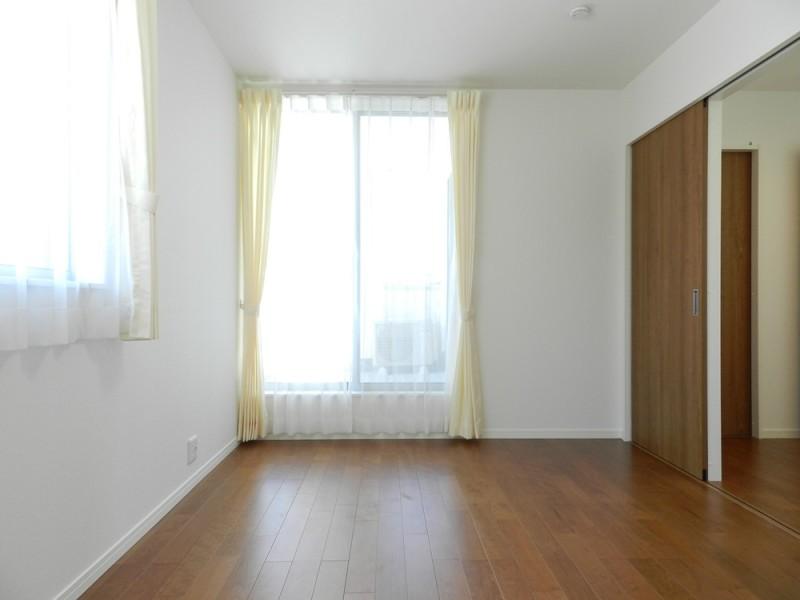 6号地洋室:主寝室からだけでなく、洋室からもバルコニーへ出られるので、お布団を干すのに便利です。
