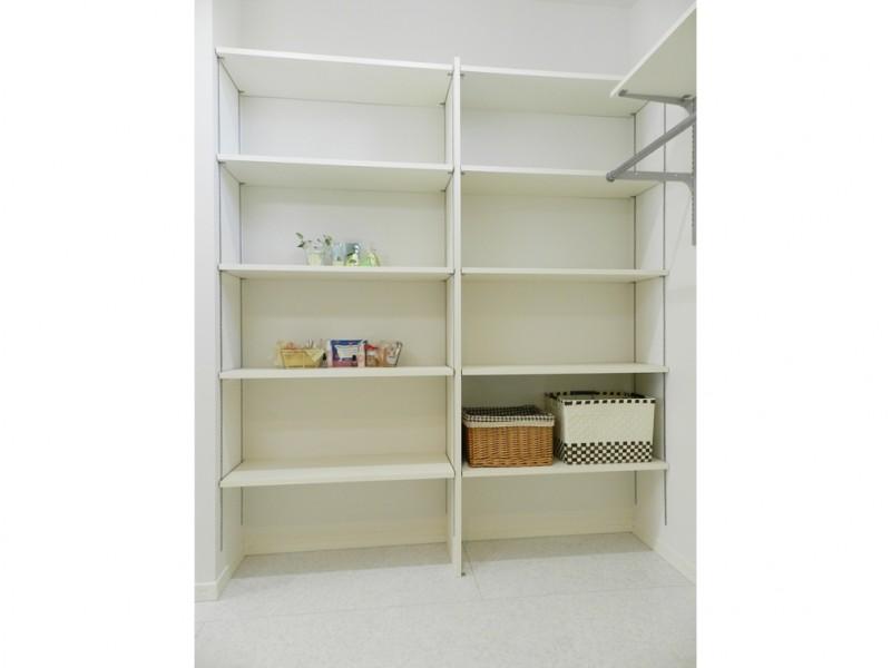 8号地洗面所:洗面所には可動棚を設けたので、タオルやランドリー用品等をスッキリ収納出来ます。