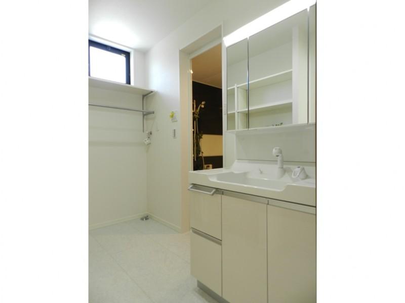 8号地洗面所:ハンガーパイプを備え付けてあるので、お洗濯物等をかけておくことが出来ます。