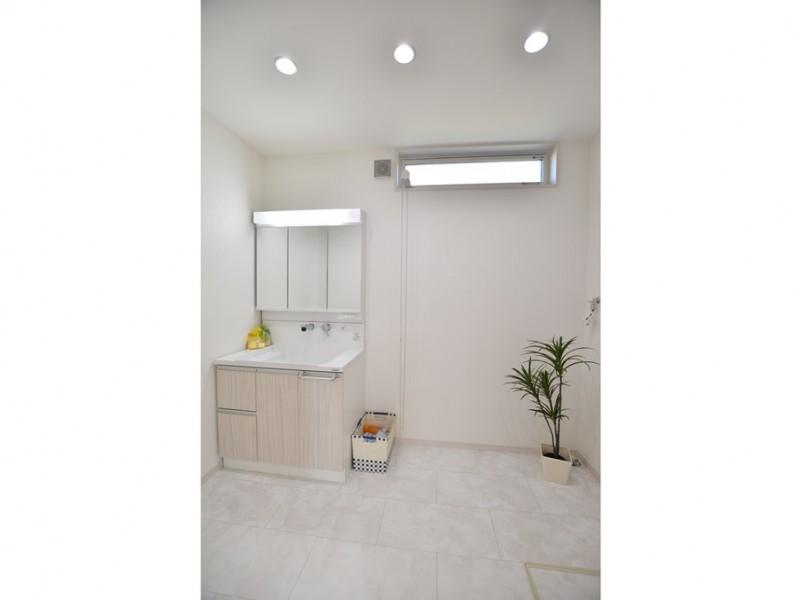 4号地 広々とした清潔感溢れる洗面所