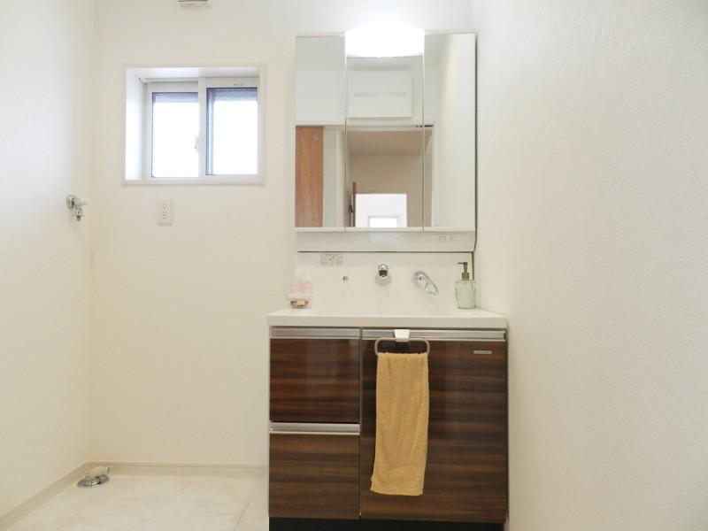 2号地洗面所:シャワー付洗面化粧台が備え付けてあります。