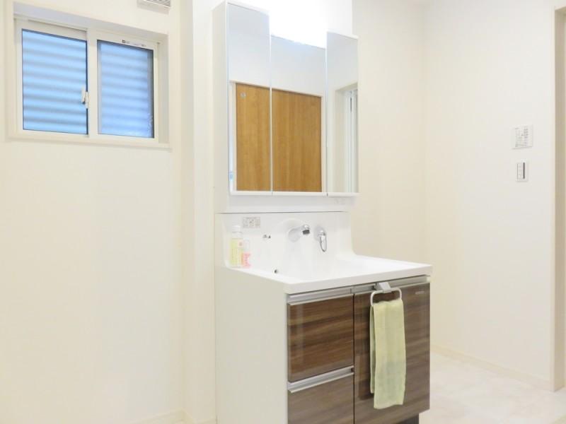 5号地洗面所:シャワー付洗面化粧台が備え付けられています。