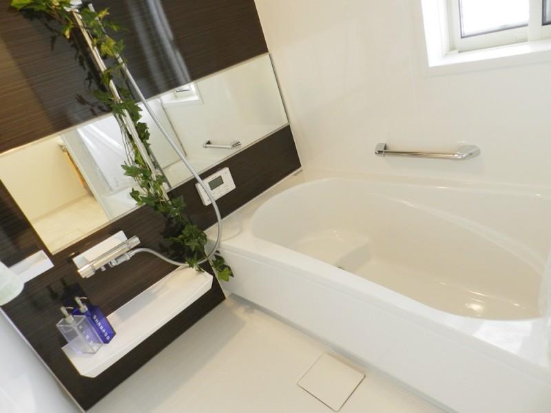 2号地浴室:ご家族の1日の疲れを癒してくれる、落ち着いた色合いの浴室。