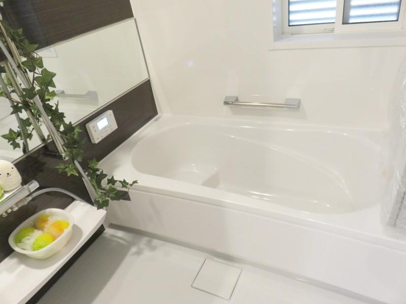 5号地浴室:ご家族の1日の疲れを癒してくれる落ち着いた色合いの浴室。