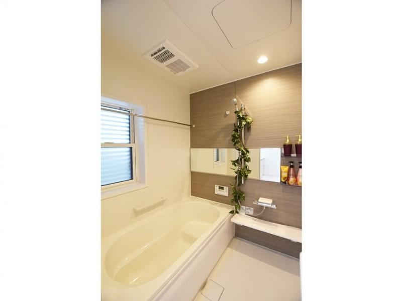 4号地 浴室換気乾燥暖房機付きの落ち着いた色合いの浴室。