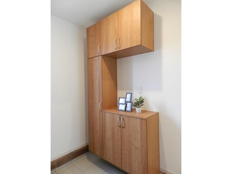 2号地玄関:靴箱が備え付けてあるので、玄関をいつもキレイに保つことが出来ます。