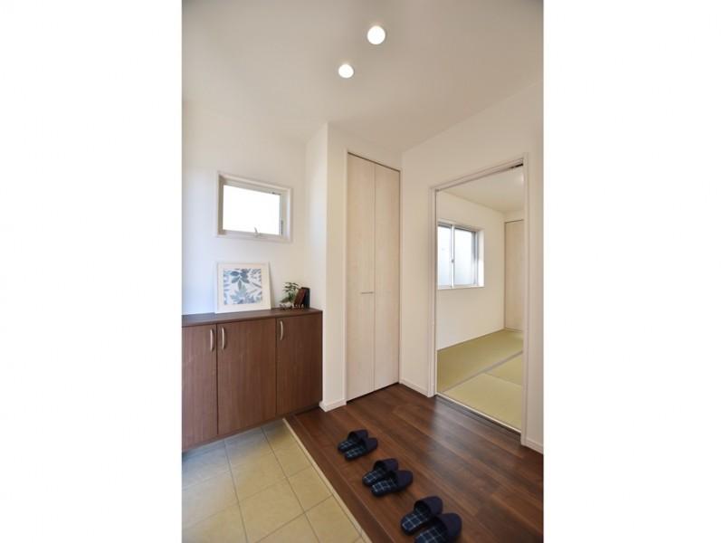 4号地 玄関から直接和室に行けるので、お客様が来てもリビングを通らず安心です。