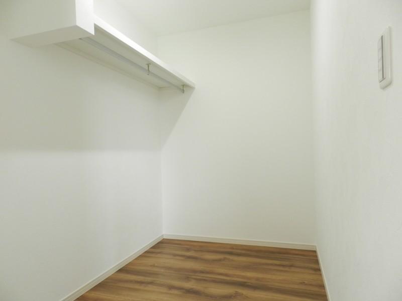 2号地ウォークインクローゼット:3帖と大容量の収納スペース。ハンガーパイプがあるので、大切な衣類を掛けておくことが出来ます。