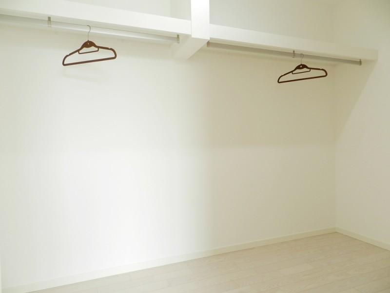 3号地ウォークインクローゼット:4帖と大容量の収納スペースは、ハンガーパイプ付きなので大切な衣類を掛けておくことが出来ます。