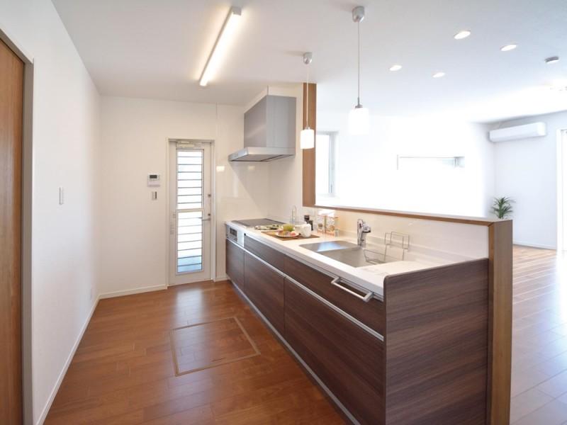 4号地キッチン:対面式のキッチンは、リビングダイニングまで一直線になっているので、ご家族を見守りながら家事が出来ます。