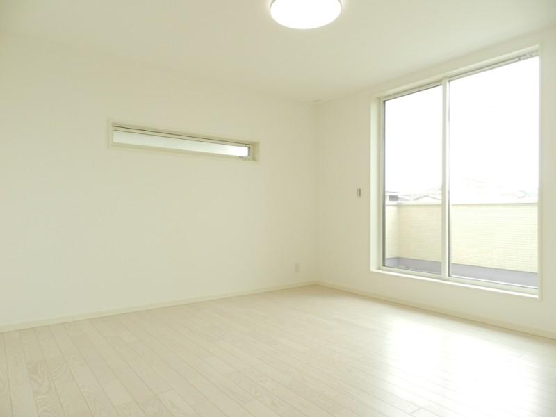3号地主寝室:主寝室は陽当たり良好のバルコニーへ繋がっています。