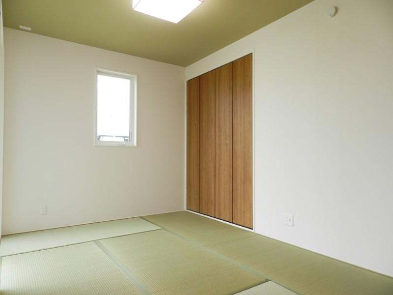 4号地和室:6帖と広さにゆとりのある和室は、廊下からもLDKからも出入り可能なので、急な来客があっても安心です。