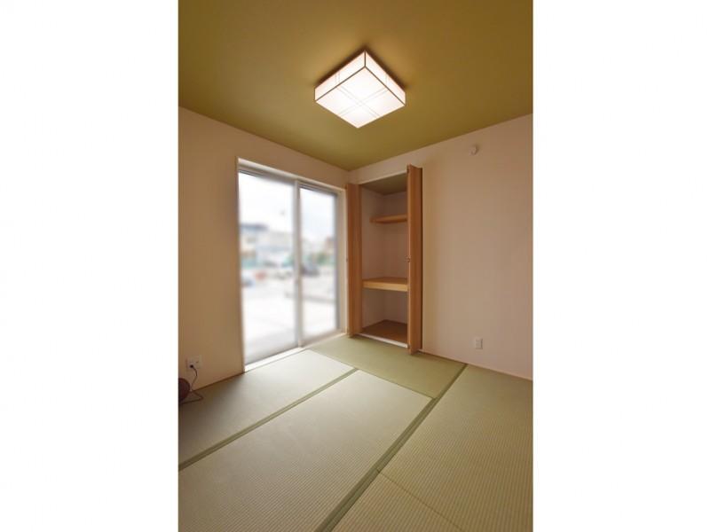 11号地:玄関入ってすぐに和室があるので、お客様が来られてもリビングを通らず安心です。