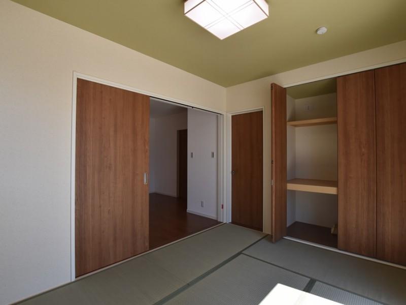 10号地:玄関入ってすぐに和室があります。収納もたっぷり。